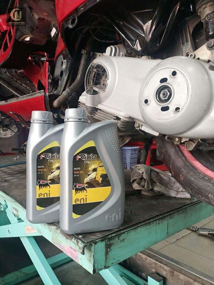 thay dầu nhớt động cơ xe Vespa định kỳ giúp cho xe luôn khỏe mạnh